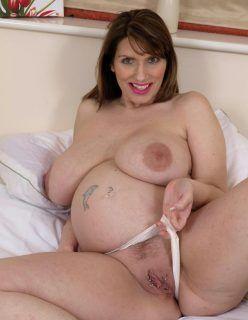 Mulheres grávidas peladas exibindo suas bucetas deliciosas